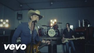 Dustin Lynch – She Cranks My Tractor Thumbnail